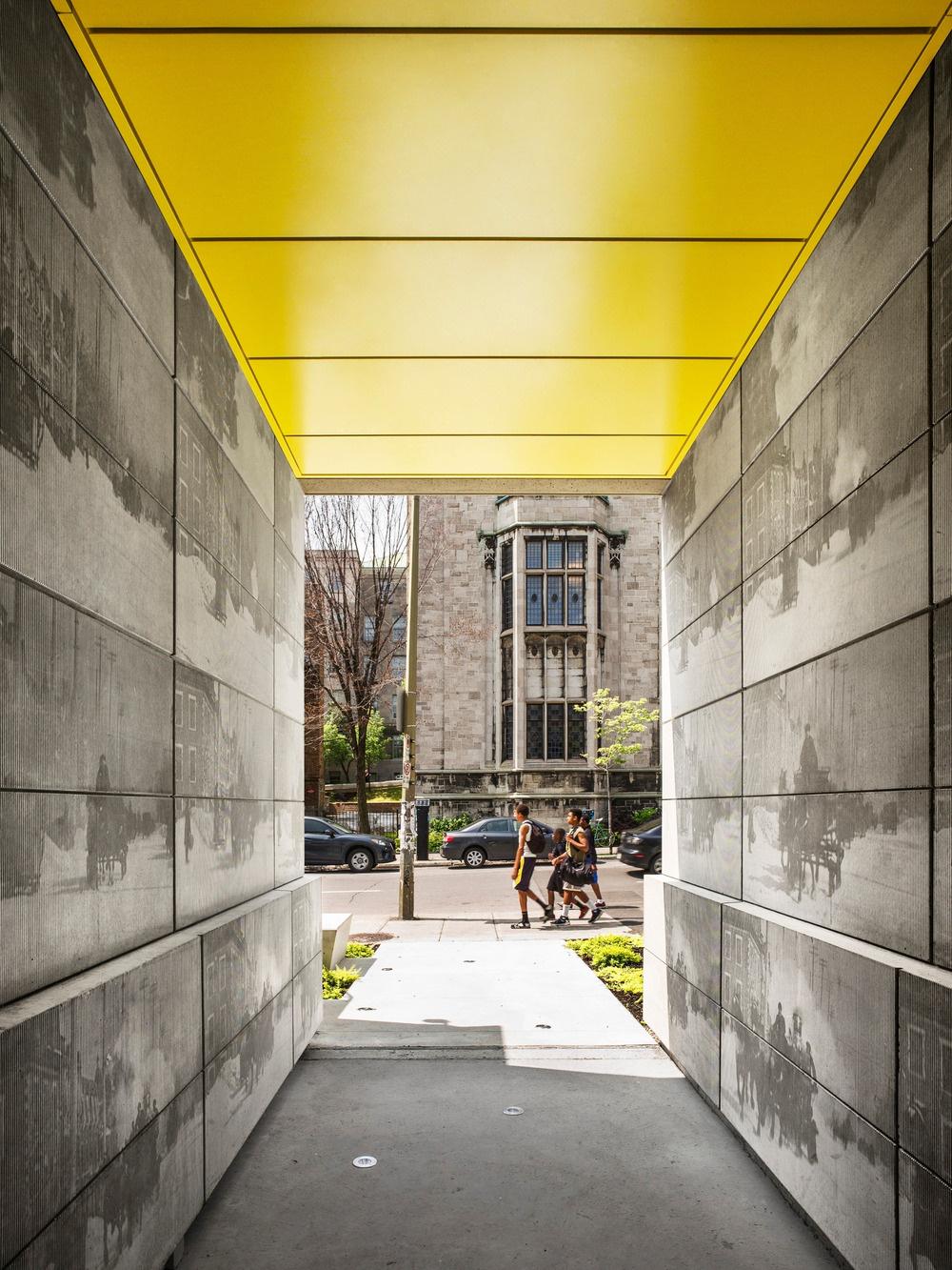 Okrem neutrálnych farieb (sivej a bielej) sa v exteriéri aj interiéri ako oživujúci, osviežujúci prvok objavujú i žlté akcenty – na stenách, strope, podlahe i na fasáde alebo v záhrade.