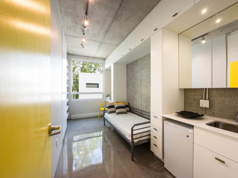 Každá študentská izba je navrhnutá ako optimálny modul, vybavený na jednej strane od podlahy až po strop praktickými úložnými prvkami, ktoré vytvárajú akési výklenky pre posteľ a pracovný stôl.