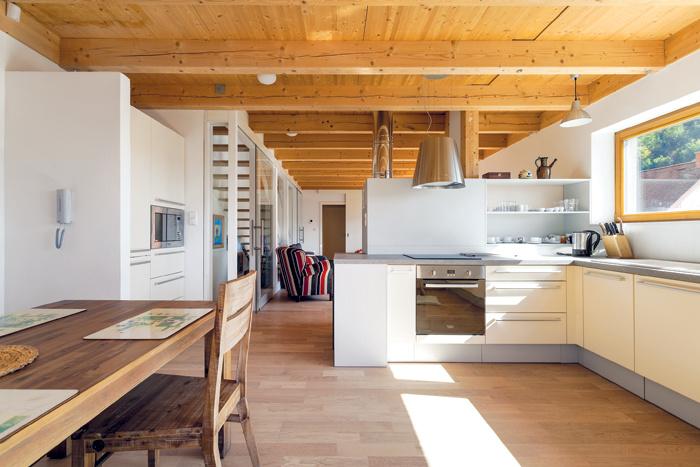 Na vonkajšiu terasu nadväzuje jednoducho a účelne zariadená kuchyňa so stolovaním, ktorá je súčasťou otvoreného denného priestoru na hlavnom podlaží.