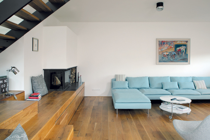 Viac by bolo zbytočné. V interiéri si architekt vystačil len s niekoľkými farbami a materiálmi: Biele steny kontrastujú s olejovanou dubovou podlahou a kovovými prvkami zjednotenými antracitovou farbou – hliníkovými okennými rámami, oceľovými schodnicami a konštrukciou kozuba. Celok zjemňuje nábytok prevažne v odtieňoch bielej, sivej a belasej.