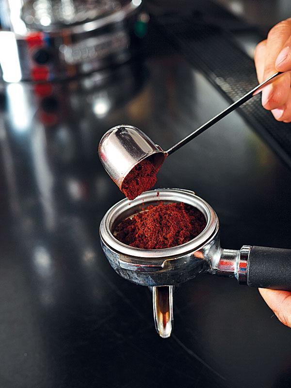 Do portafiltra (páky) nasypte 7 g jemne zomletej kávy.