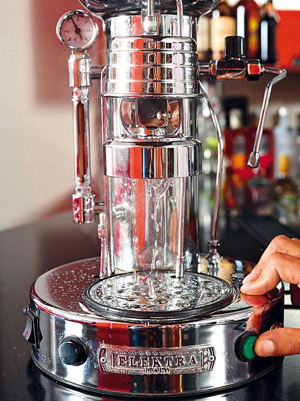 Do kávovaru nalejte čerstvú mäkkú vodu (napríklad zfiltračnej kanvice), zapnite ho apočkajte, kým sa nahreje. Odpustite trochu vody, aby sa prepláchli anahriali všetky cesty aj šálka.