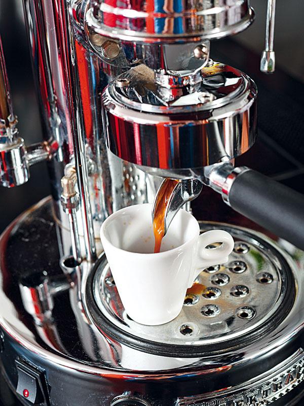 Pustite vodu anechajte kávu extrahovať asi 25 sekúnd. Hneď podávajte. Káva by sa mala piť práve pripravená – vtedy je najchutnejšia, vcelom objeme rovnomerná amá ideálnu teplotu.