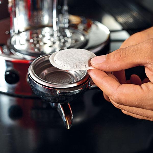 Jednoduchší variant je spoužitím tzv. podov – vákuovo balených, presne odvážených astlačených porcií mletej kávy, ktoré môžete kúpiť vobchodoch skávou, ale aj vhypermarketoch. Namiesto bežných sitiek sa vtomto prípade používajú tzv. esasitká, ktoré veľkosťou presne zodpovedajú podom.