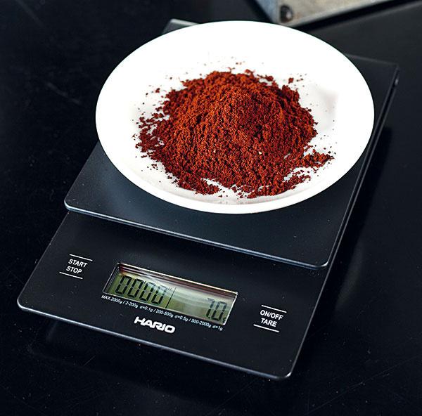 Talianske espresso včíslach  7 gramov jemne zomletej kávy sa utlačí váhou 20 kg aextrahuje sa 25 spri tlaku 9 bar do šálky sobjemom 25 až 30 ml. Množstvo kávy, čas extrakcie ani tlak sa pri espresse nemenia, meniť môžete druh kávy ajej mletie. Na espresso lungo teda nepotrebujete viac kávy ani nemusíte predĺžiť čas extrakcie, stačí espresso doliať horúcou vodou. Doma môžete použiť aj hrubšie namletú kávu, cez ktorú voda pretečie rýchlejšie.