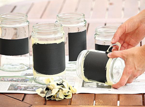 Lepiacu pásku po zaschnutí odstráňte. Ak náhodou strhnete aj kúsok farby, ľahko ju domaľujete štetcom.