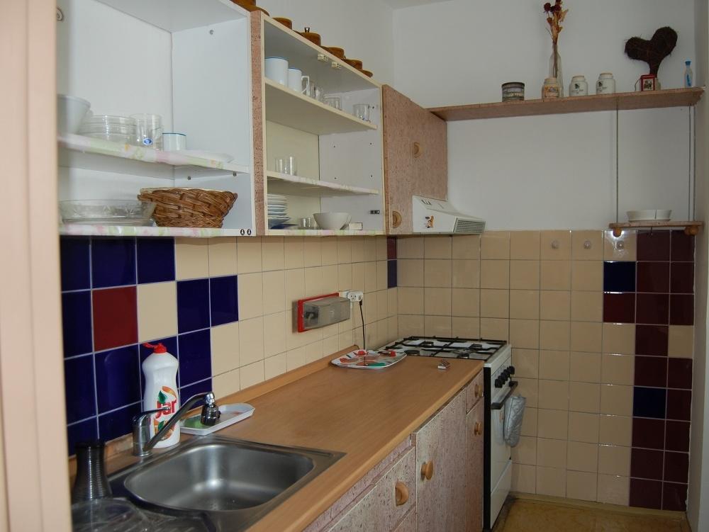 Pôvodný stav: staré linoleum, 30-ročná kuchynská linka, 15-ročné spotrebiče, obklad v zlom stave, stoličky, plastové okná