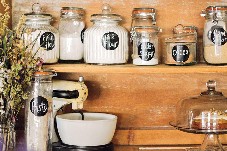 Kuchynské nádoby smúkou, cestovinami, skrátka čímkoľvek, vystavte na obdiv – buď priamo na kuchynskú linku (ak to jej rozmery dovoľujú), alebo do otvorených políc. Tabuľovou farbou vytvoríte originálne menovky.