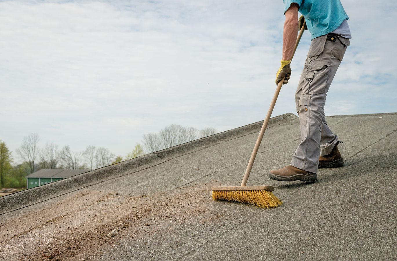 1 Na začiatku treba strechu dôkladne pozametať. Dôležité je skontrolovať, či nie je poškodená hydroizolácia, ktorá zabezpečuje vodotesnosť.