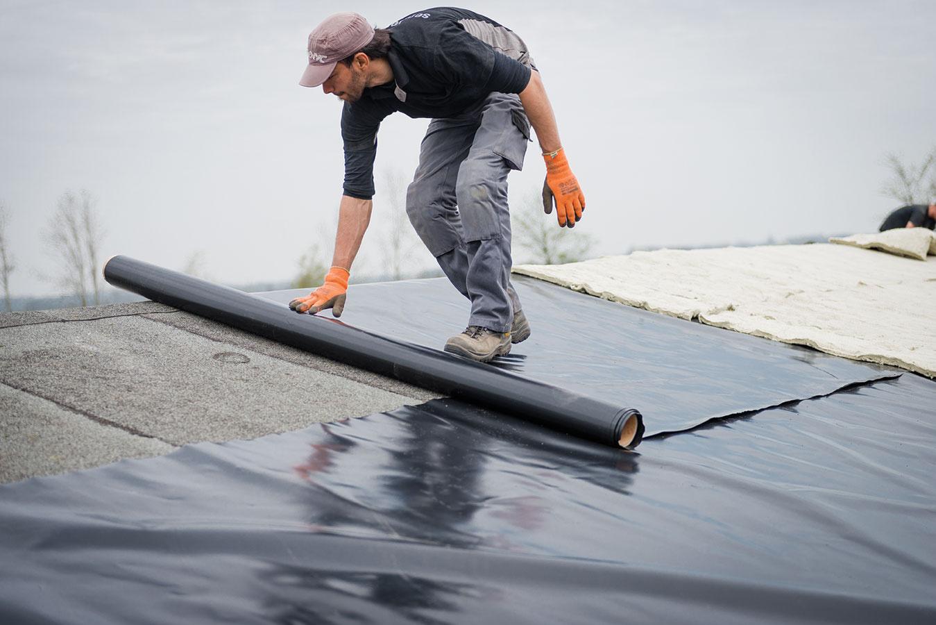 Na ochranu hydroizolácie proti prerastaniu koreňmi treba na strechu položiť koreňovú membránu, ktorá sa napevno upevní, aby ju nezdvíhal vietor.