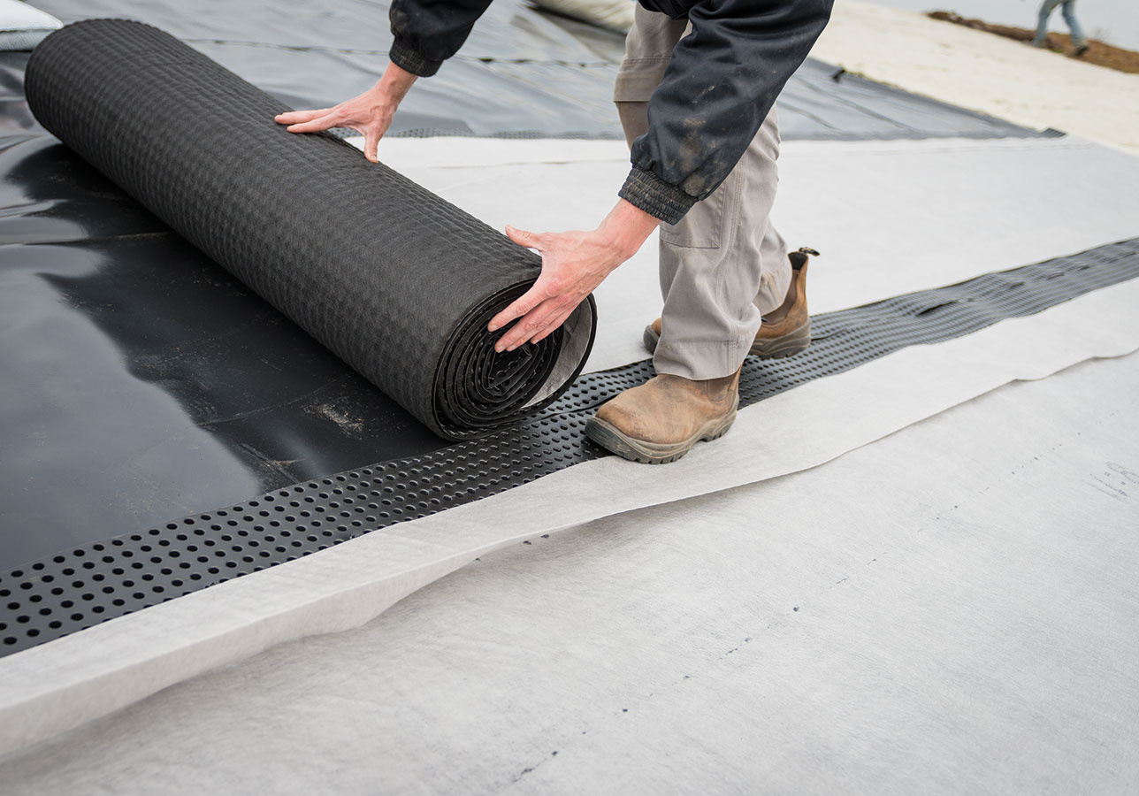 Celú plochu strechy treba pokryť odvodňovacími pásmi (musia sa prekrývať, byť bez škár) tak, aby biela textília bola navrchu.