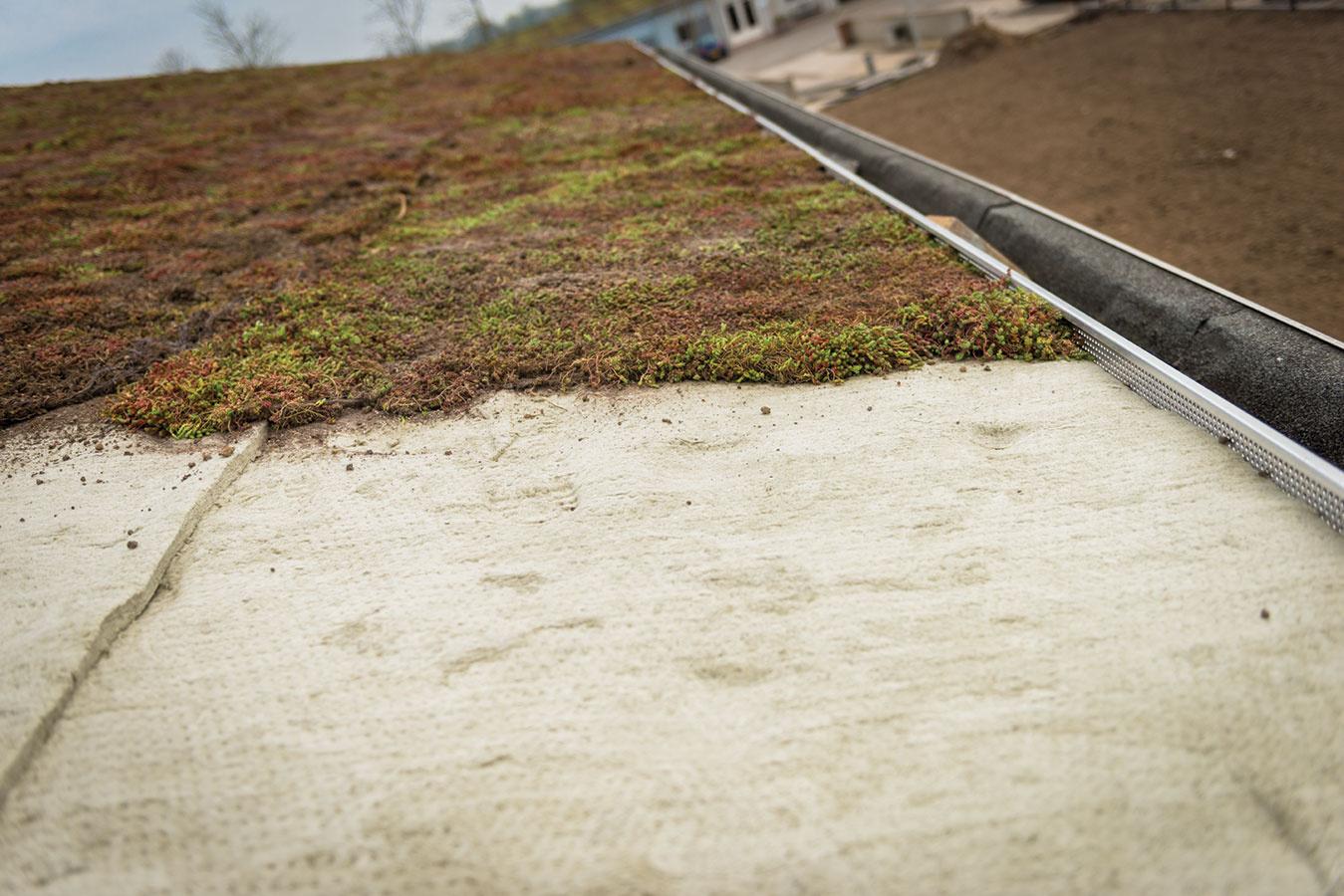 Na odvodňovacie žľaby sa nasadia sieťky. Tento systém možno aplikovať na strechy do sklonu 15°. Pre správnu funkčnosť je vhodné ponechať realizáciu na odborníkov.