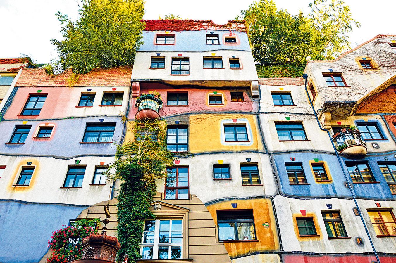 """""""Ulice astrechy majú byť zalesnené."""" Túto apodobné myšlienky propagoval tak trochu excentrický avšestranne nadaný umelec, zanietený ekológ aarchitekt Friedensreich Hundertwasser (1928 – 2000). Jeho najznámejšou stavbou je Hundertwasserhaus vo Viedni. Ikonická budova je skĺbením jeho svetonázorov aumeleckej tvorby – typické sú pre ňu chaotickosť, nerovné línie výrazná farebnosť (ako na jeho obrazoch). Nezaprel sa ani ako ekológ – už beztak pestrofarebnú fasádu oživuje najmä počas sezóny bujná zeleň stromov akrov."""