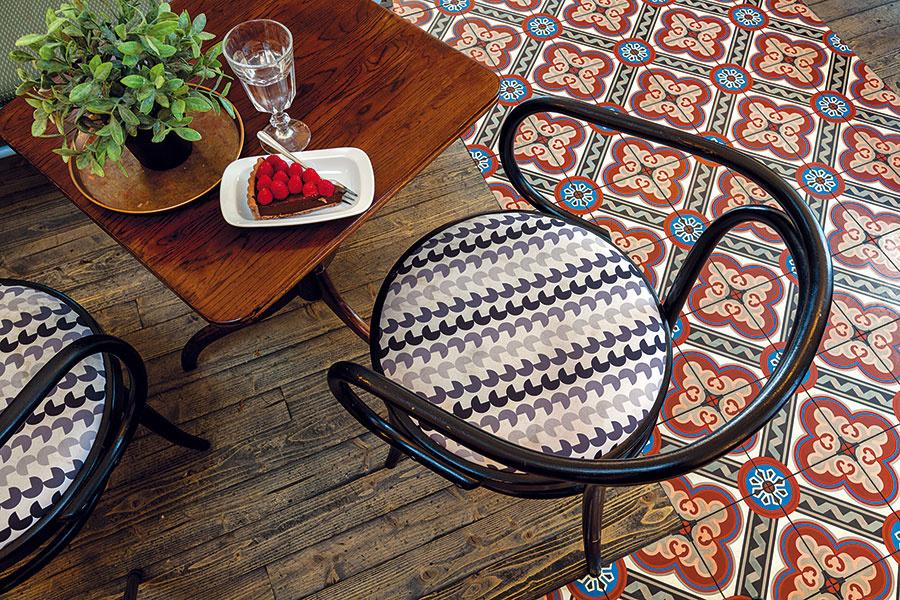 Výrazná retro dlažba je aktuálne mimoriadne obľúbená, báť sa však nemusíte ani jej kombinácie siným druhom podlahy. Dlažba svintage vzorom atmavá drevená podlaha dodávajú kaviarni špecifický charakter aeleganciu – podobný efekt môžete dosiahnuť aj useba doma, stačí len vhodný výber farby avzoru.