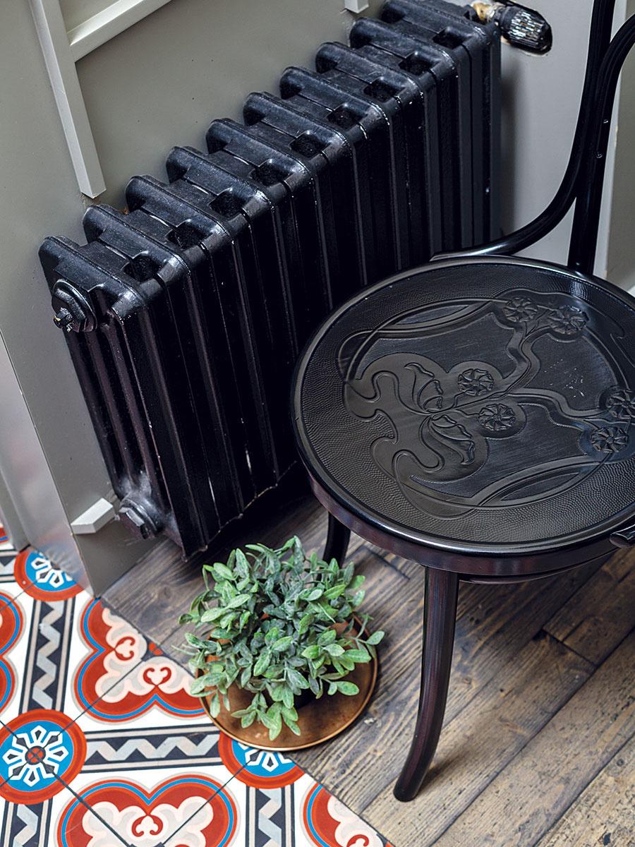Masívnejšie liatinové radiátory vrôznych farbách premieňajú nevyhnutnosť na štýlový doplnok. Ak práve rekonštruujete ariešite aj výmenu radiátorov, podobný model je nesporne zaujímavou možnosťou.