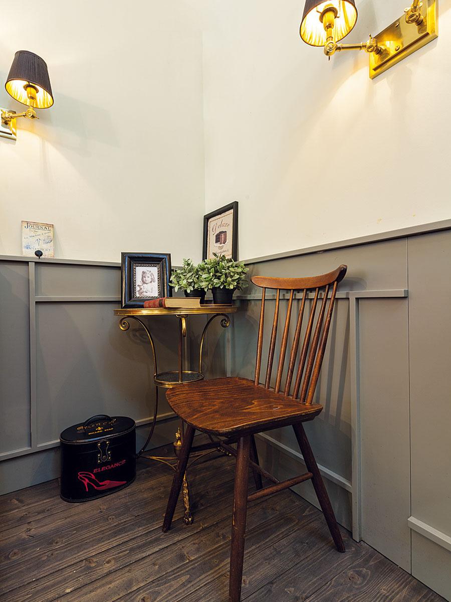 Aj doma môžete roh miestnosti využiť na príležitostné sedenie. Kovový stolík astolička či stoličky poslúžia pri kávičkovaní, čítaní ipráci. Umiestniť naň možno aj kvety včrepníkoch arôzne dekorácie.