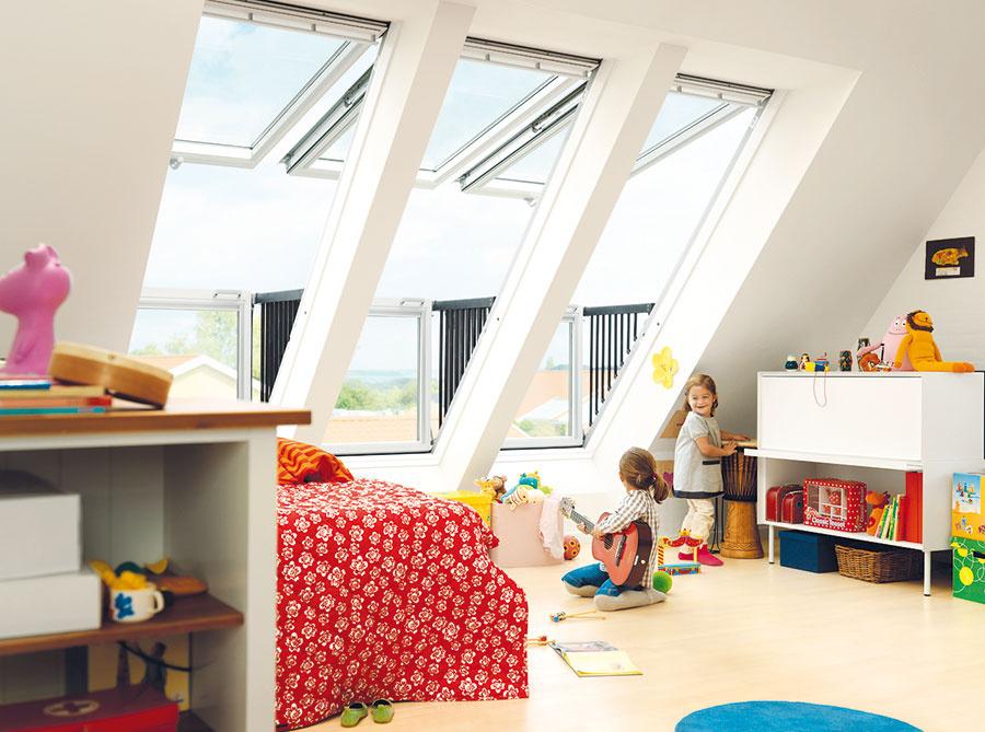 Strešný balkón GDL Cabrio Strešný balkón poskytuje obyvateľom podkrovia panoramatický výhľad apocit otvoreného priestoru. Vytvorí sa otvorením zostavy dvoch strešných okien. Dolné okno má integrované výsuvné zábradlie ahorné sa dá otvoriť tak, že pod ním môže pohodlne stáť dospelý človek.