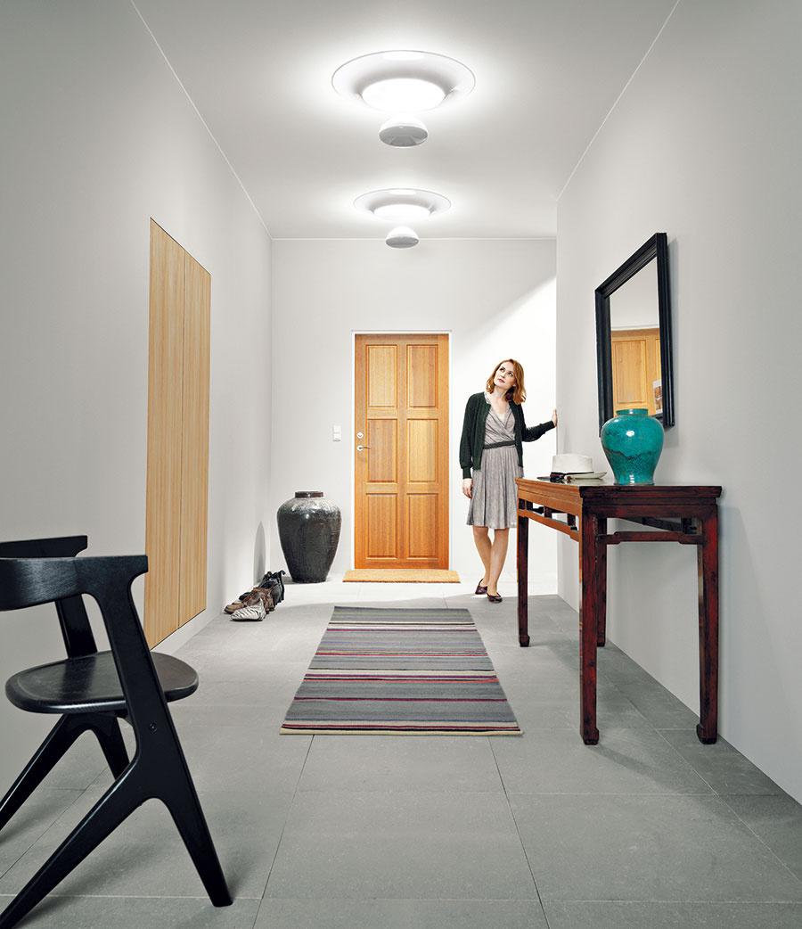 Dizajnový svetlovod pre VELUX navrhol priemyselný dizajnér Ross Lovegrove. Jeho interiérová časť sa skladá zčíreho akrylového disku, ozdobného stropného prstenca zvysokoodrazivého plastu areflexnej kvapky, ktorej povrch je tiež vysokoodrazivý. Reflexná kvapka je nielen estetickým doplnkom svetlovodu, ale reguluje aj množstvo denného svetla prichádzajúceho do interiéru. Sakrylátovým diskom je spojená oceľovým drôtom, ktorého dĺžka sa dá ľubovoľne nastaviť, navyšeje možné regulovať smer itok svetla.