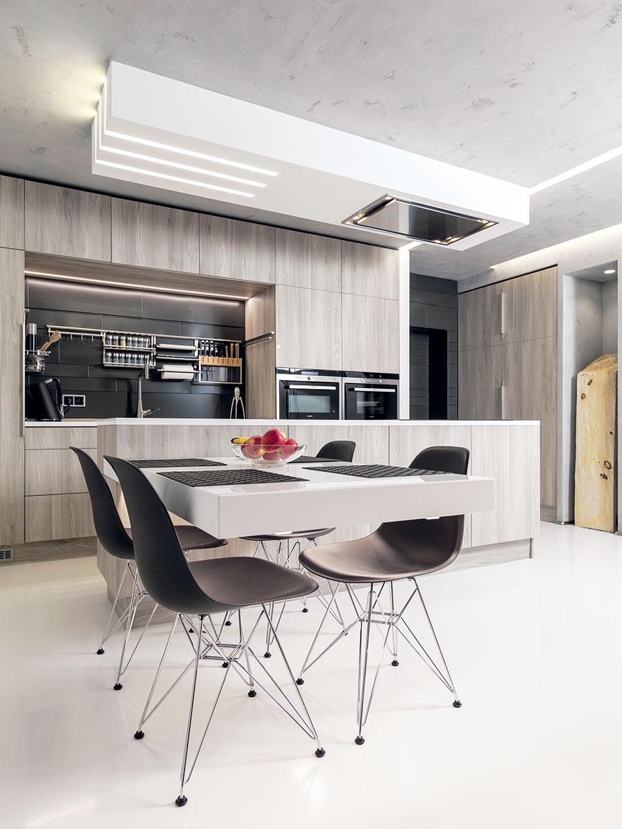 Interiér je inšpirovaný prvkamiindustriálnej architektúry – podlahy sú zliateho epoxidu, na stropoch astenách je použitá betónová stierka. Byt je však prešpikovaný aj technologickými vychytávkami, ako je inteligentná elektroinštalácia, riadené vetranie srekuperáciou či podlahové vykurovanie.