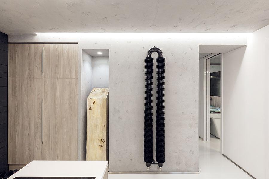 Vstupná zóna bytu je súčasťou otvorenej dennej miestnosti. Odstránenie zbytočných priečok arozumnejšie rozmiestnenie dverí bolo prvým krokom kvzdušnému apriestranne pôsobiacemu interiéru.