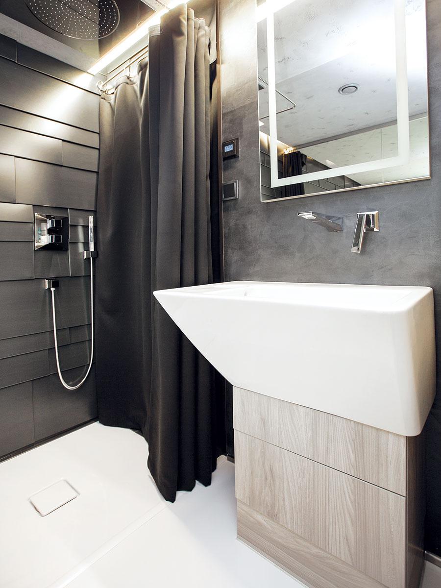 Na toalete avkúpeľni je na stenách použitá vodoodolná, jemne metalická čierna farba.