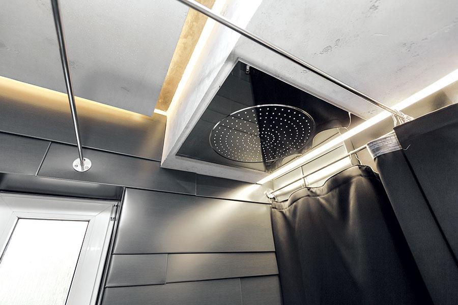 Minipráčovňa. Práčku za sprchovacím kútom skrýva čierny záves. Je tu miesto na vlastný kotol, ktorý je vpláne.