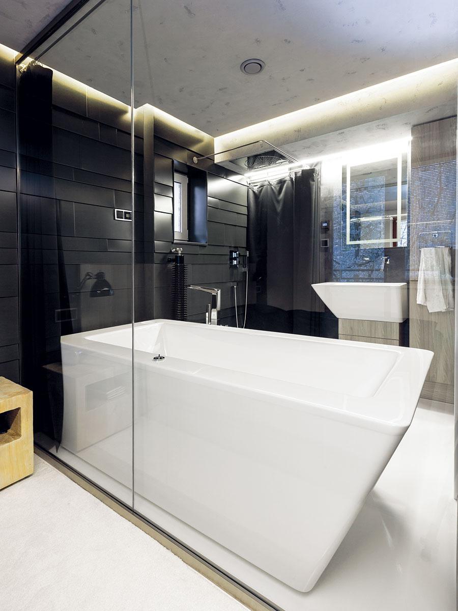 Elegantným bezrámovým zasklením docielil architekt nenásilné spojenie dvoch miestností. Obom tak doprial dojem vzdušnosti ajviac svetla.