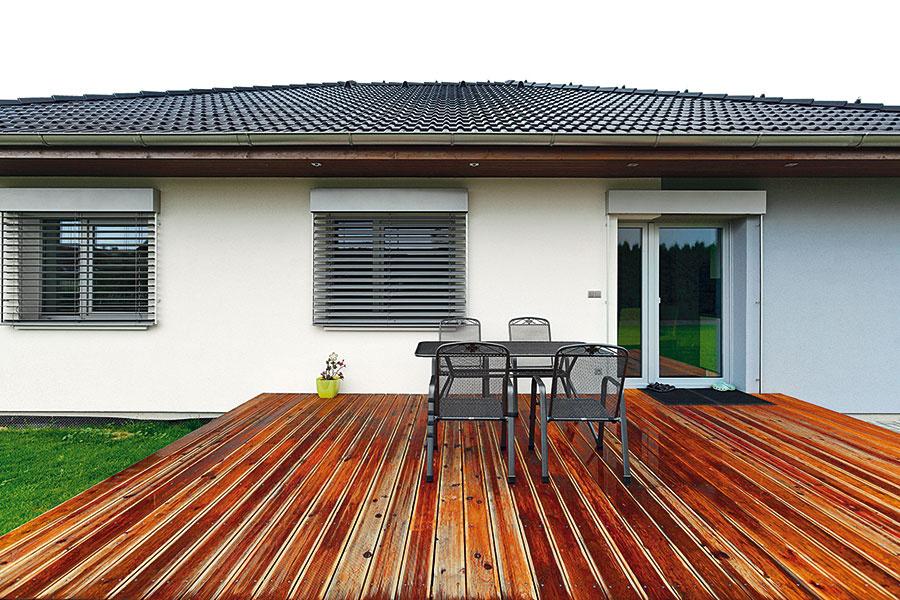 Nešetrilo sa na materiáloch ani na práci. Ale ani sa zbytočne neplytvalo –terasa je zčerveného smreka, ktorý svoju funkciu bez problémov zvláda.