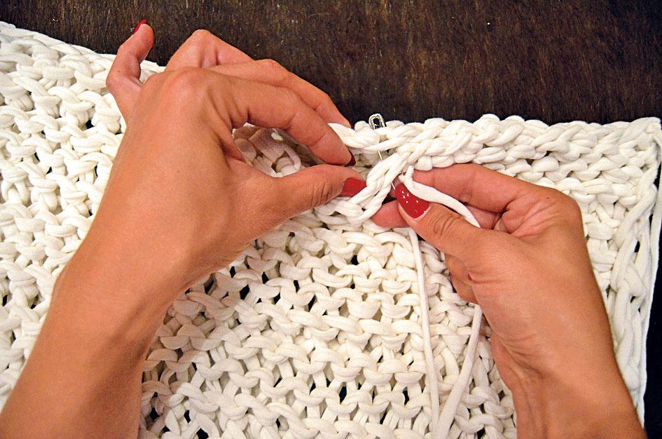 Spoj prepleťte klasickým spôsobom priadzou dlhou približne 50 cm, aby nebol veľmi silno stiahnutý, len tak voľne podľa potreby.
