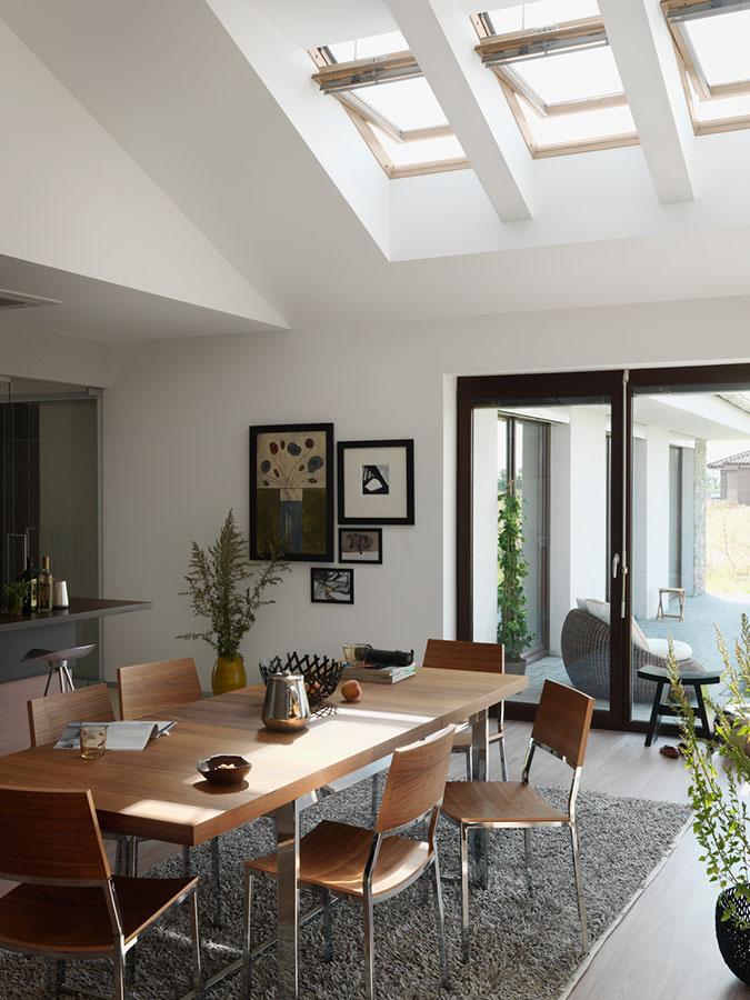 Strešné okná privedú do domácnosti až dvakrát viac denného svetla ako fasádne okná