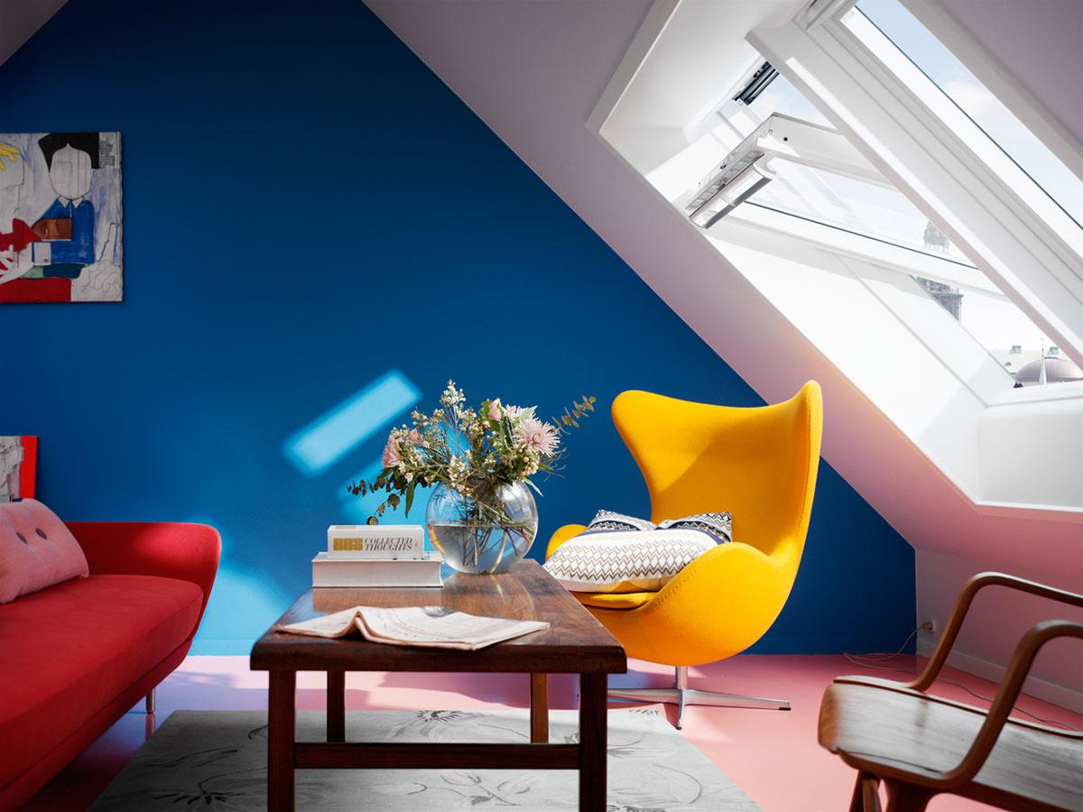 Kontrast v miestnosti docielite napríklad kombináciou svetlých stien a tmavého nábytku.