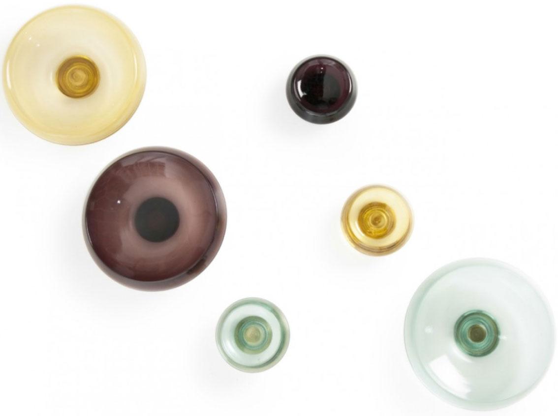 Sklenené úchytky slúžiace aj ako vešiačiky, priemer 24 alebo 24 cm, 50,49 €/malá, 100,99 €/veľká, www.nest.co.uk