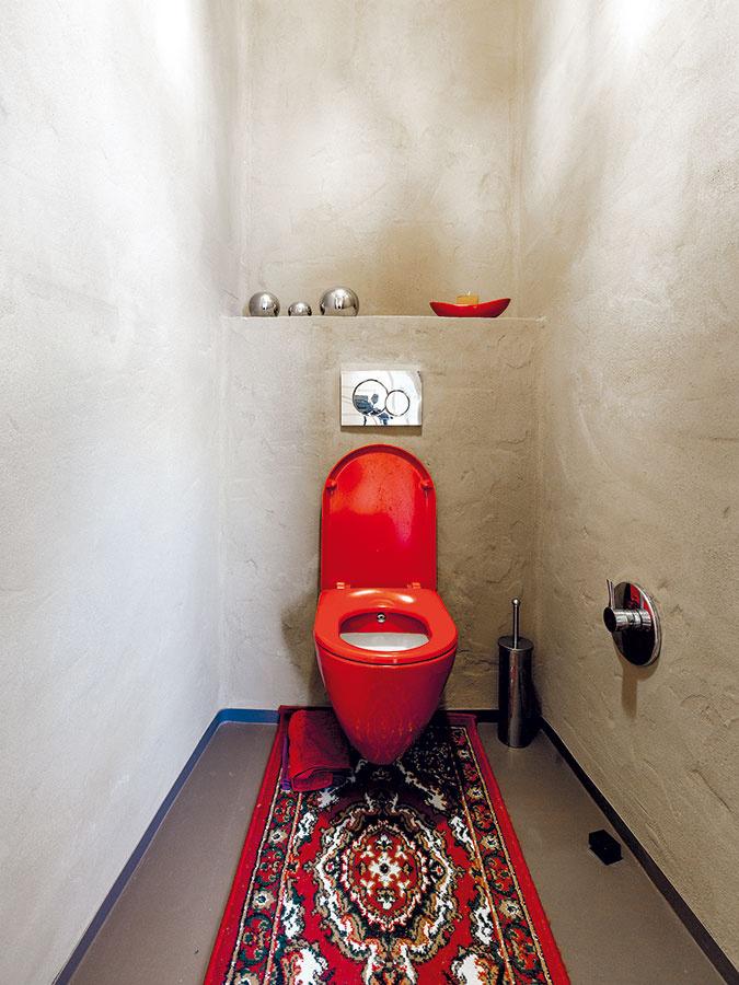 Kombinácia hlinenej omietky, červených astrieborných doplnkov dodáva toalete osobitý, príjemne pôsobiaci charakter.