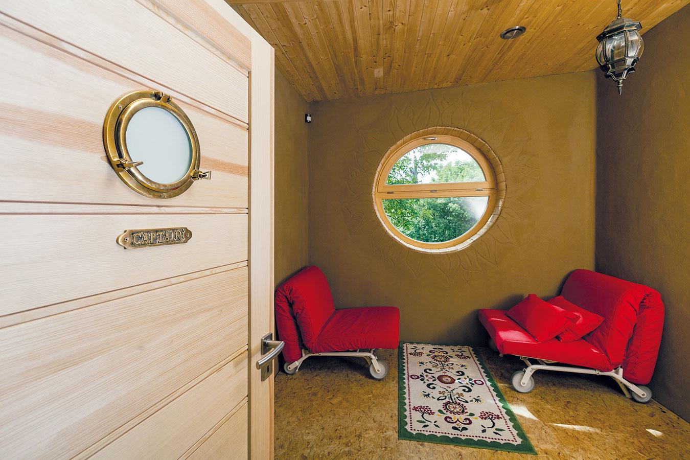 Hosťovskej izbe dominuje okrúhle okno podobné tým na lodiach, ktoré si presadila majiteľka apre ktoré túto miestnosť nazývajú kajuta. Aj preto sa rozhodli ladiť ju vmierne námorníckom duchu.
