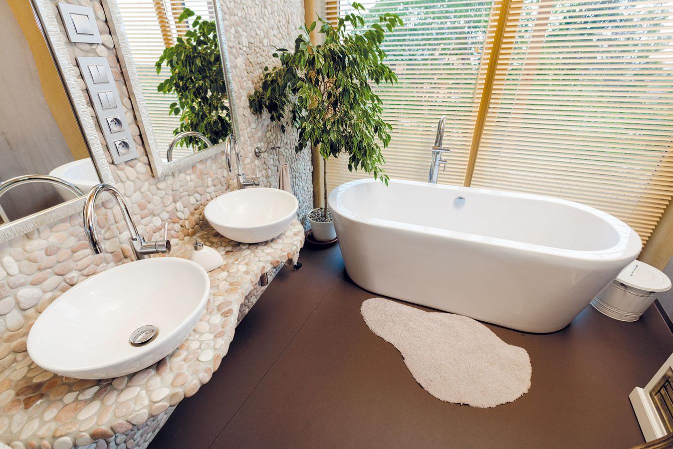 Hlavnej kúpeľni vyčlenili pomerne veľkorysý priestor. Upúta najmä netradičnou stenou apultom, ktoré tvoria väčšie okruhliaky. Keďže oslovení remeselníci nedokázali naplniť ich predstavu – chceli, aby jednotlivé kamene zo steny apultu vyčnievali –, pustili sa do realizácie sami.