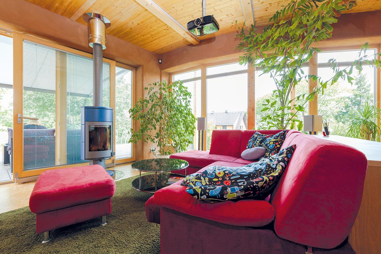 Hoci sa mladá rodina pri návrhu domu obrátila na skúseného architekta, interiér sa manželia rozhodli zariadiť si vo vlastnej réžii. Na viacerých miestach vdome sa opakujú výrazné červené prvky. Jedným znich je sedačka vobývacej časti denného priestoru.