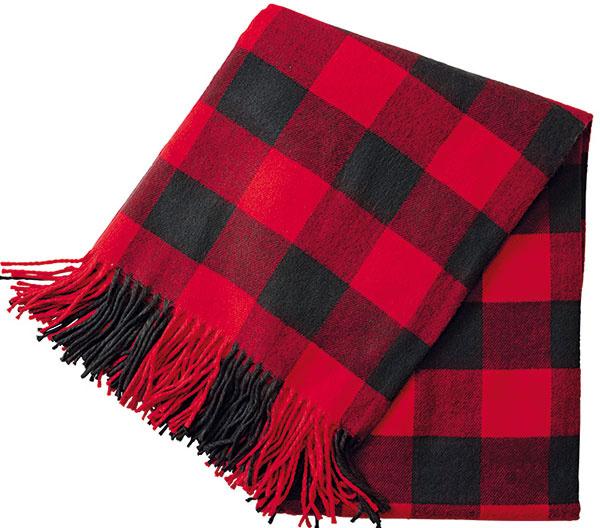Kockovaná deka so strapcami, 29,99 €, H&M, Eurovea