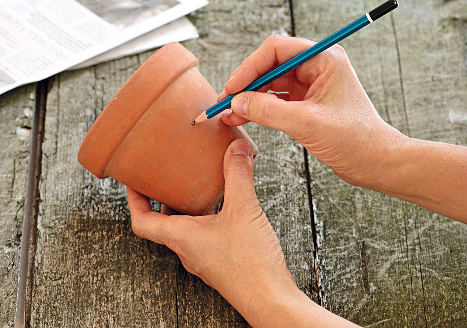 Ak si chcete kvetináč ozdobiť nápisom, je lepšie predkresliť si ho ceruzkou. Tak budete lepšie vidieť, čo píšete.