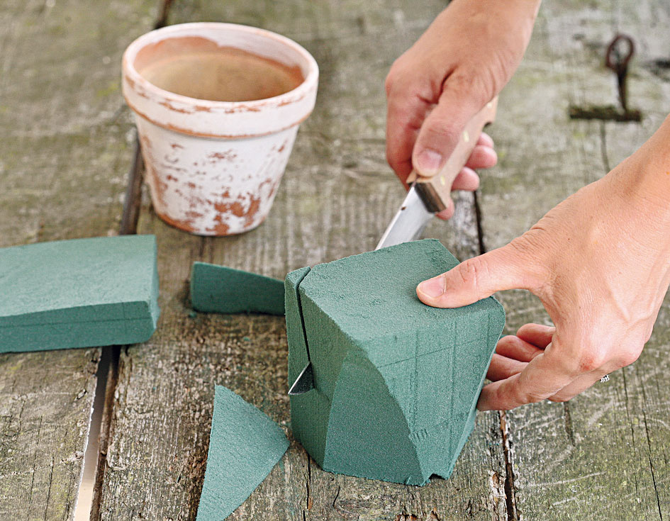Zflorexovej tehly vyrežete tvar podobný kvetináču. Vložte ju do kvetináča, kraje vyplňte malými odrezkami azalejte vodou.