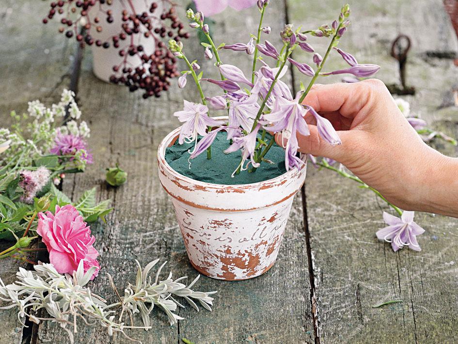 Na záver zapichujte kvety. Postupujte od stredu ku krajom alebo od najväčších kvetov po najmenšie.