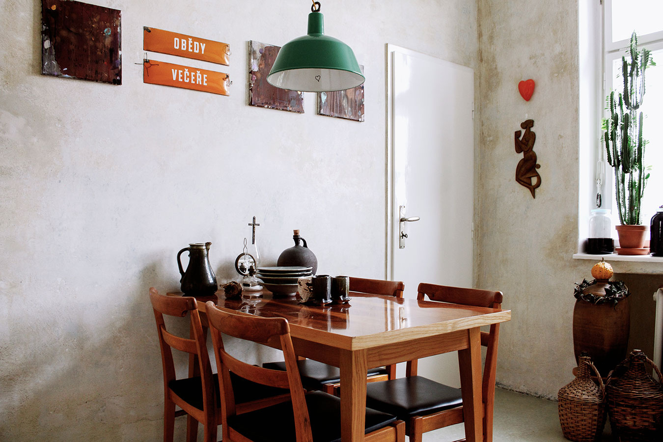 Jedálenské sedenie tvorí zladená zostava stoličiek a stola. Jednou zvýnimiek, ktoré sa vymykajú z rámca funkcionalistického dizajnu vbyte, je závesné svietidlo nad stolom. Ide ooriginál pochádzajúci ztovárne.