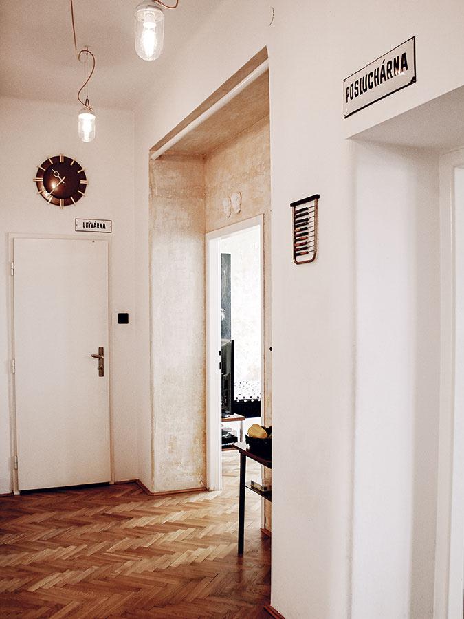Chodba prepája všetky miestnosti. Univerzálne jemné farebné tóny jej stien sú akcentované len industriálnymi svietidlami, nástennými hodinami aplechovými tabuľkami.