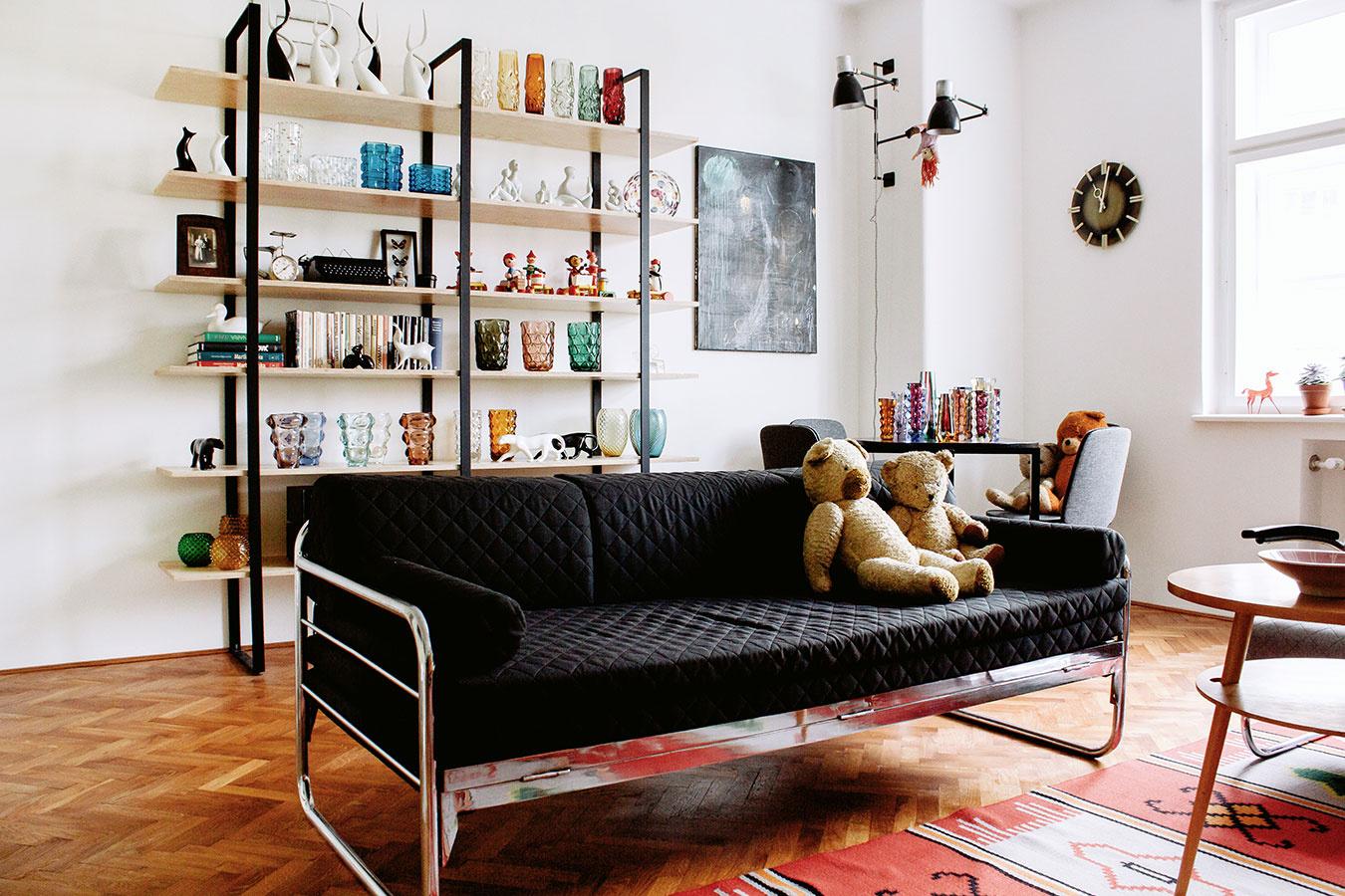 Brusel. Prvky tohto tradičného dizajnu možno nájsť vkaždom kúte bytu. Azda najvýraznejším je originálny retro koberec spútavým vzorom, ktorý sa stal dominantou obývacej izby.