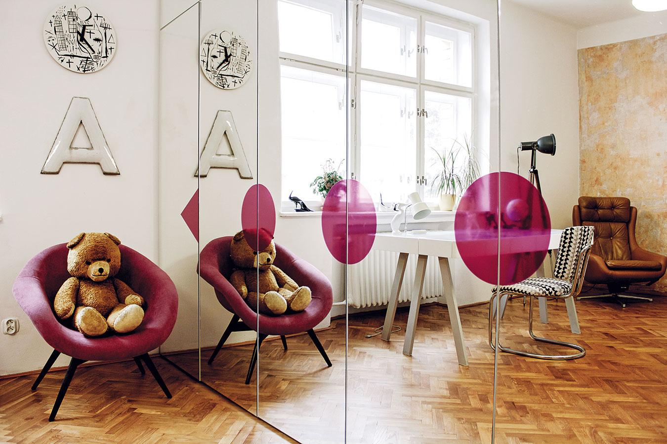 Zrkadlová skriňa sveľkým grafickým symbolom ladí skresielkom, ktoré rovnako ako pracovná stolička prešlo radikálnym redizajnom.Oba kúsky sa tak môžu pýšiť novým čalúnením, čo ich povýšilo na nábytok hodný minulého, ale aj tohto storočia.