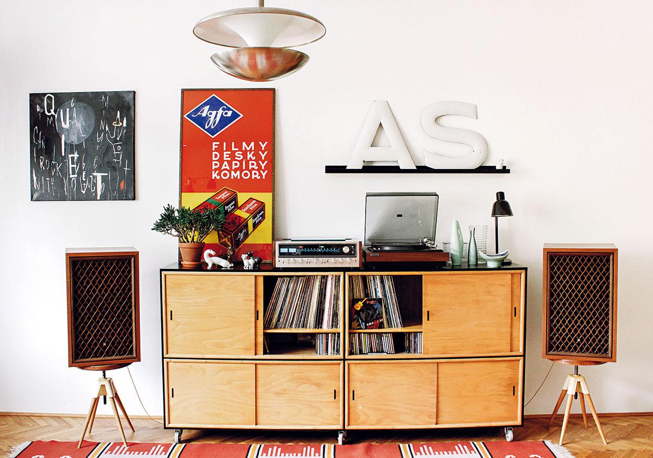 Hudba namiesto filmu. Aj tak možno vystihnúť charakter obývacej izby, ktorá sa namiesto ktelevízii otáča ku gramofónu anádherným reproduktorom. Zbieranie LP platní je totiž jednou znajsilnejších vášní majiteľa.