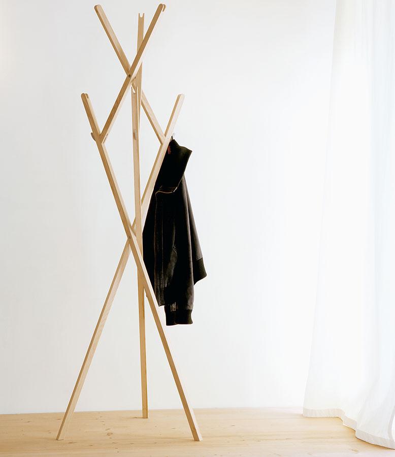 Rozkladací stojan Hut ab sa radí kprvotinám dnes obzvlášť rešpektovaného dizajnéra Konstantina Grcica.