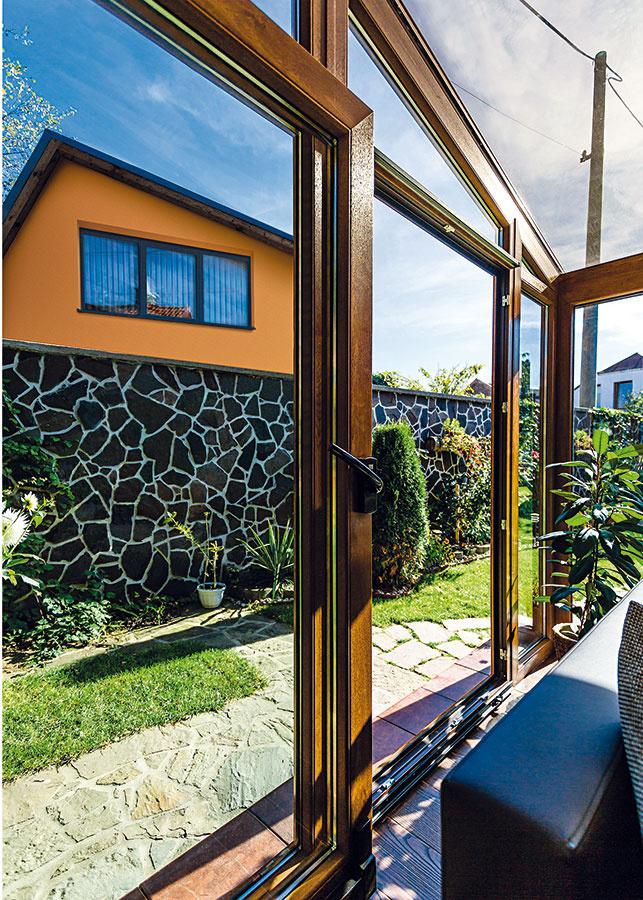 Všeobecne sa odporúča, aby sa zimná záhrada dala vetrať cez 25 až 35 % svojho povrchu – prostredníctvom otváravých, výklopných alebo posuvných okien adverí. Využiť možno aj mikroventilačné klapky. Dnes sa už bežne používa napojenie vetracích systémov na meteostanicu (teplomer, vlhkomer apod.) alebo elektronicky ovládaná zasúvacia strešná konštrukcia.