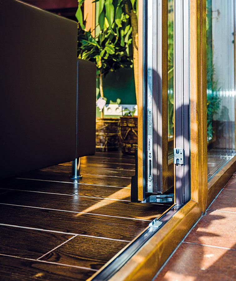 Výber závisí od solárnych ziskov atepelných strát, ale aj od vykurovacieho systému vdome. Napríklad sklo svyššou tepelnou priepustnosťou sa vzime za slnečných dní postará oväčšie tepelné zisky, pri nepriaznivom počasí však treba vzimnej záhrade viac kúriť. Vlete sa takýto priestor viac prehrieva atreba ho účinnejšie vetrať alebo použiť klimatizáciu. (Vzimnej záhrade pri rodinnom dome vĽubici si zvolili podlahové vykurovanie.)