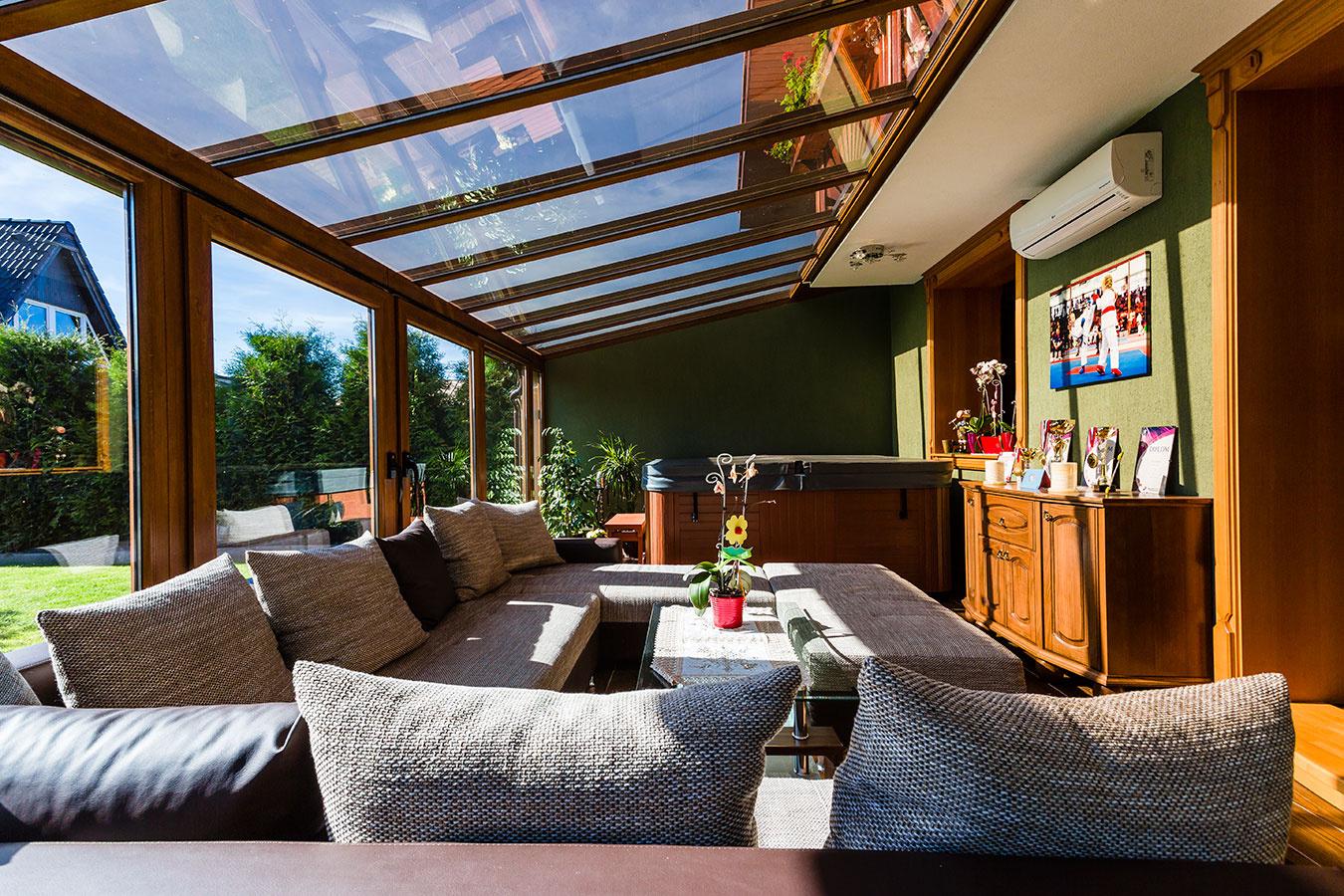 Zimná záhrada vĽubici je príjemným miestom na rodinné stretnutia za slnečných dní, ale aj pod nočnou oblohou. Na jej stavbu sa použili PVC profily zo systému InouticArcade, realizovala ju spoločnosť Štefan Kroták, VENTANA SK