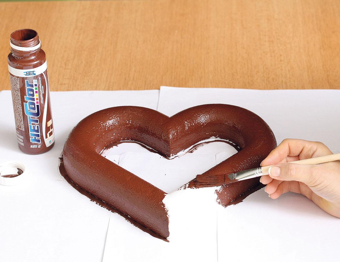 1 Srdce natrite hnedou farbou anechajte zaschnúť.
